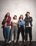 Σοβαρά hipsters που αγαπούν τα ζεύγη που στέκονται πέρα από το γκρίζο υπόβαθρο Στοκ φωτογραφίες με δικαίωμα ελεύθερης χρήσης