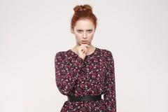 Σοβαρά redhead γυναίκα που εξετάζει τη κάμερα με το ταραγμένο πρόσωπο και Στοκ Εικόνες