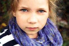 σοβαρές νεολαίες πορτρέτου παιδιών απασχολημένες θηλυκό Στοκ εικόνα με δικαίωμα ελεύθερης χρήσης