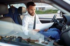 Σοβαρή γραφική εργασία εργασίας ατόμων στο αυτοκίνητο Στοκ Φωτογραφία