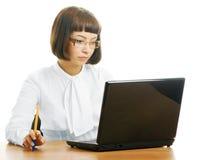 σοβαρή γυναίκα γραφείων στοκ εικόνα με δικαίωμα ελεύθερης χρήσης
