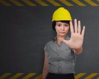 Σοβαρή γυναίκα κατασκευής που κάνει τη στάση να δώσει το σημάδι Στοκ φωτογραφία με δικαίωμα ελεύθερης χρήσης