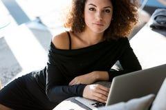 Σοβαρή γυναίκα που εξετάζει προσεκτικά τη κάμερα Στοκ φωτογραφία με δικαίωμα ελεύθερης χρήσης