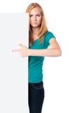 Σοβαρή γυναίκα που κρατά έναν κενό λευκό πίνακα Στοκ Εικόνες