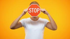 Σοβαρή γυναίκα που κρατά το κόκκινο μπροστινό πρόσωπο σημαδιών στάσεων, αρνητικό σημάδι, προειδοποιώντας πρόβλημα απόθεμα βίντεο