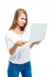 Σοβαρή γυναίκα που στέκεται και που χρησιμοποιεί το lap-top στοκ φωτογραφία με δικαίωμα ελεύθερης χρήσης