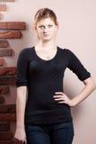 Σοβαρή γυναίκα στο μαύρο πουκάμισο Στοκ Εικόνα