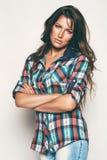 Σοβαρή γυναίκα στο πουκάμισο ελέγχου Στοκ φωτογραφία με δικαίωμα ελεύθερης χρήσης