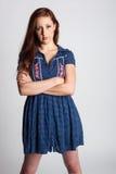 Σοβαρή γυναίκα στο φόρεμα βαμβακερού υφάσματος Στοκ εικόνα με δικαίωμα ελεύθερης χρήσης