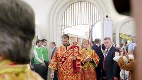 Σοβαρή είσοδος στην εκκλησία του πατριάρχη Kirill της Μόσχας και όλης της Ρωσίας απόθεμα βίντεο
