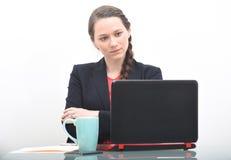 Σοβαρή επιχειρησιακή γυναίκα που εξετάζει τον υπολογιστή Στοκ Εικόνα