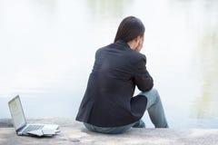 Σοβαρή εργασία επιχειρησιακών γυναικών σκληρή με το σοβαρό πρόβλημα σε ένα δημόσιο πάρκο Στοκ εικόνες με δικαίωμα ελεύθερης χρήσης