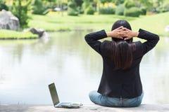 Σοβαρή εργασία επιχειρησιακών γυναικών σκληρή με το σοβαρό πρόβλημα σε ένα δημόσιο πάρκο Να εργαστεί στο lap-top υπαίθρια Στοκ φωτογραφίες με δικαίωμα ελεύθερης χρήσης