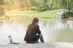 Σοβαρή εργασία επιχειρησιακών γυναικών σκληρή με το σοβαρό πρόβλημα σε ένα δημόσιο πάρκο Στοκ Φωτογραφίες