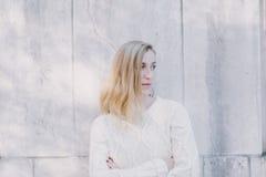 Σοβαρή ελκυστική ξανθή μόνιμη προσοχή γυναικών Στοκ Φωτογραφίες