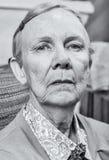 Σοβαρή ηλικιωμένη κυρία στοκ φωτογραφίες με δικαίωμα ελεύθερης χρήσης
