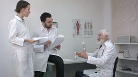 Σοβαρή ιατρική ομάδα που χρησιμοποιεί συζητώντας κάτι απόθεμα βίντεο