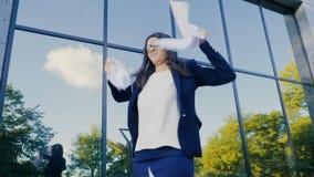 Σοβαρή λυσσασμένη σύμβαση επιχειρηματιών στα κομμάτια 0 εξαγριωμένος εργαζόμενος γραφείων θηλυκών που ρίχνει το τσαλακωμένο έγγρα απόθεμα βίντεο