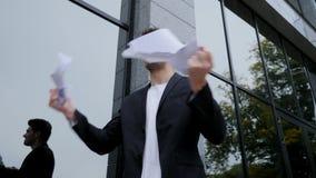 Σοβαρή λυσσασμένη σύμβαση επιχειρηματιών στα κομμάτια 0 εξαγριωμένος εργαζόμενος γραφείων αρσενικών που ρίχνει το τσαλακωμένο έγγ απόθεμα βίντεο
