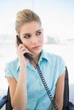 Σοβαρή μοντέρνη επιχειρηματίας στο τηλέφωνο Στοκ Εικόνα