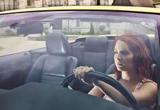 Σοβαρή νέα οδήγηση γυναικών μακρυά από το σπίτι στοκ φωτογραφία με δικαίωμα ελεύθερης χρήσης