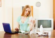 Σοβαρή ξανθή ανάγνωση γυναικών για τα φάρμακα Στοκ Φωτογραφίες