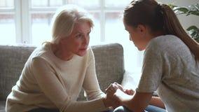 Σοβαρή παλαιά μητέρα και νέα κόρη που μιλούν μοιραμένος τα προβλήματα φιλμ μικρού μήκους