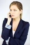 Σοβαρή πανέμορφη ξανθή επιχειρησιακή γυναίκα στο τηλέφωνο στοκ εικόνες