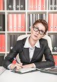 Σοβαρή σκέψη επιχειρησιακών γυναικών Στοκ φωτογραφία με δικαίωμα ελεύθερης χρήσης