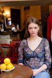 Σοβαρή συνεδρίαση κοριτσιών στη καφετερία Στοκ εικόνα με δικαίωμα ελεύθερης χρήσης
