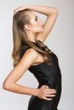 Σοβαρή όμορφη γυναίκα μόδας μαύρο σε γενικό Στοκ Φωτογραφία