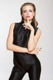 Σοβαρή όμορφη γυναίκα μόδας μαύρο σε γενικό Στοκ εικόνες με δικαίωμα ελεύθερης χρήσης