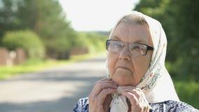 Σοβαρή ώριμη ηλικιωμένη γυναίκα στα γυαλιά Κινηματογράφηση σε πρώτο πλάνο απόθεμα βίντεο