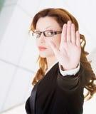 Σοβαρή gesturing στάση επιχειρησιακών γυναικών Στοκ φωτογραφία με δικαίωμα ελεύθερης χρήσης