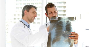 Σοβαροί γιατροί που εξετάζουν την ακτίνα X φιλμ μικρού μήκους