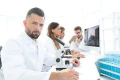 Σοβαροί επιστήμονες που εργάζονται στο εργαστήριο Στοκ φωτογραφία με δικαίωμα ελεύθερης χρήσης