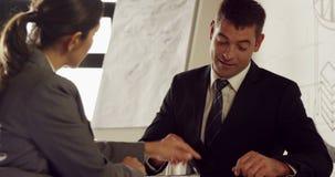 Σοβαροί επιχειρηματίες που εργάζονται από κοινού απόθεμα βίντεο