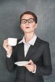 Σοβαρός δάσκαλος με το φλιτζάνι του καφέ Στοκ Φωτογραφίες