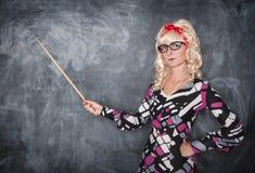 Σοβαρός αναδρομικός δάσκαλος στα γυαλιά με το δείκτη Στοκ φωτογραφία με δικαίωμα ελεύθερης χρήσης