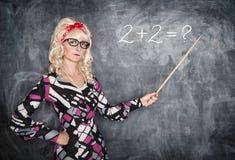 Σοβαρός αναδρομικός δάσκαλος στα γυαλιά με το δείκτη Στοκ Φωτογραφία