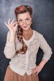 Σοβαρός αναδρομικός δάσκαλος στα γυαλιά που εξετάζει σας Στοκ Εικόνες