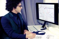 Σοβαρός αρχιτέκτονας που εργάζεται με τον υπολογιστή στην αρχή Στοκ Φωτογραφίες