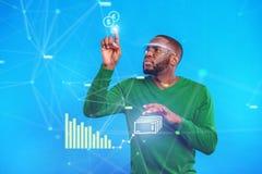 Σοβαρός αφρικανικός τύπος σχετικά με την ψηφιακή οθόνη Στοκ Φωτογραφία