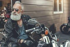 Σοβαρός γενειοφόρος ηληκιωμένος στη μοτοσικλέτα Στοκ εικόνα με δικαίωμα ελεύθερης χρήσης