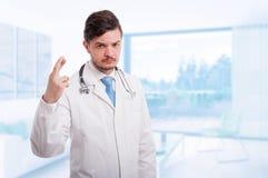 Σοβαρός γιατρός ή γιατρός με τα δάχτυλα που διασχίζονται Στοκ Εικόνες