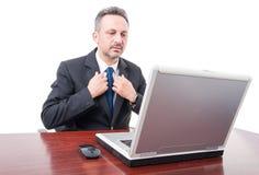 Σοβαρός εκτελεστικός διευθυντής που προετοιμάζεται για τη συνεδρίαση στοκ φωτογραφία με δικαίωμα ελεύθερης χρήσης