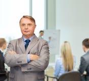 Σοβαρός επιχειρηματίας ή δάσκαλος στο κοστούμι στο γραφείο Στοκ Φωτογραφία