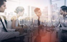 Σοβαρός επιχειρηματίας κατά τη διάρκεια μιας συνεδρίασης που μιλά στους υπαλλήλους του Στοκ Φωτογραφίες