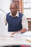 Σοβαρός επιχειρηματίας που εξετάζει το όργανο ελέγχου υπολογιστών Στοκ φωτογραφίες με δικαίωμα ελεύθερης χρήσης