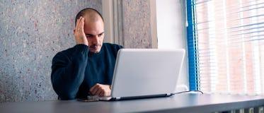 Σοβαρός επιχειρηματίας που εργάζεται στο lap-top Στοκ φωτογραφίες με δικαίωμα ελεύθερης χρήσης